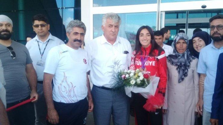 Milli Atlet Kars'ta Çiçeklerle Karşılandı