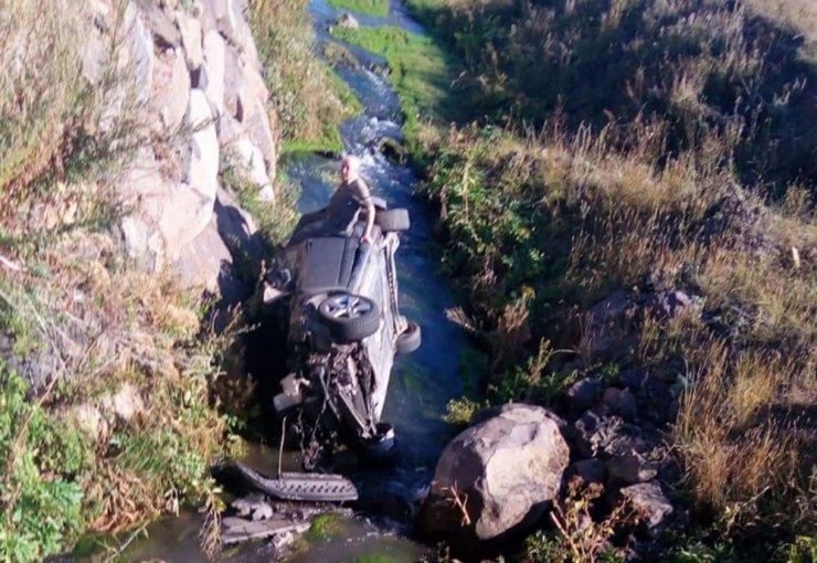 Otomobil Dereye Uçtu: 2 Yaralı