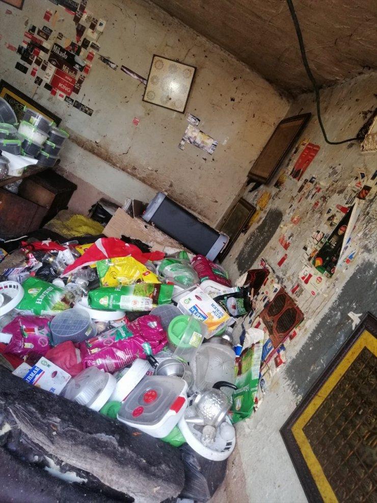 Genç Gönüllüler 'Çöp Ev'i Temizledi