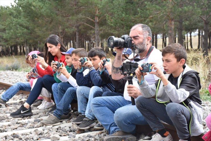 Öğrencilere Fotoğrafçılığı Öğretiyor