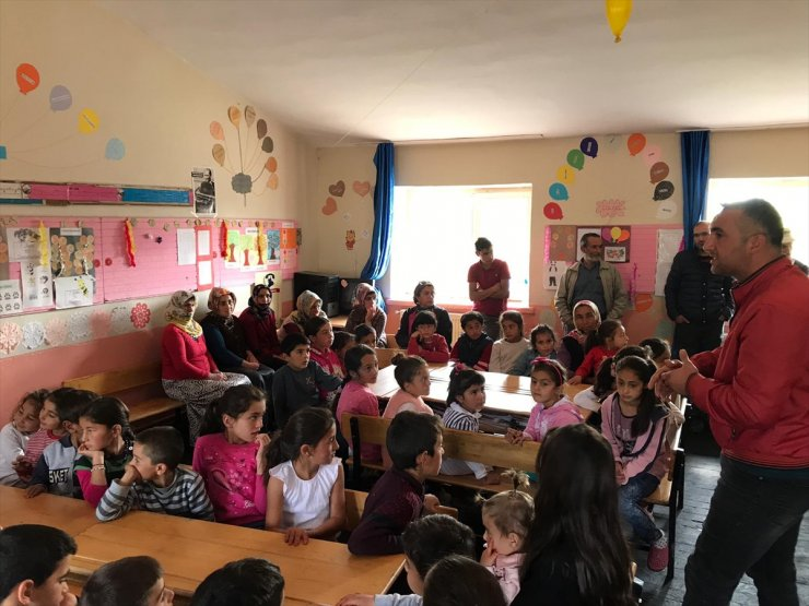 Köy Çocuklarının Yüzü Oyuncaklarla Gülüyor