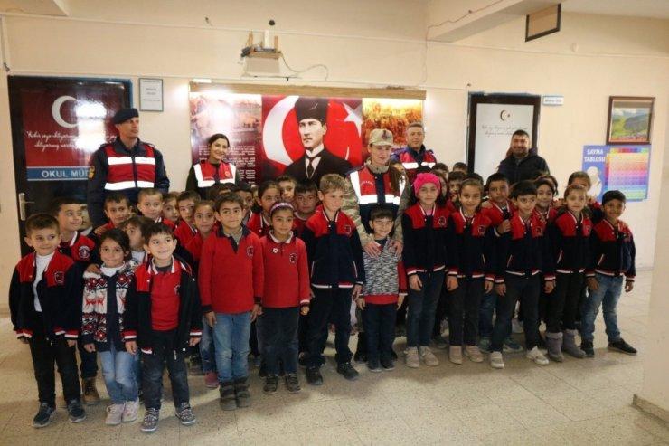 Jandarma'dan 'Köy Okulu'na Tanıtım Ziyareti