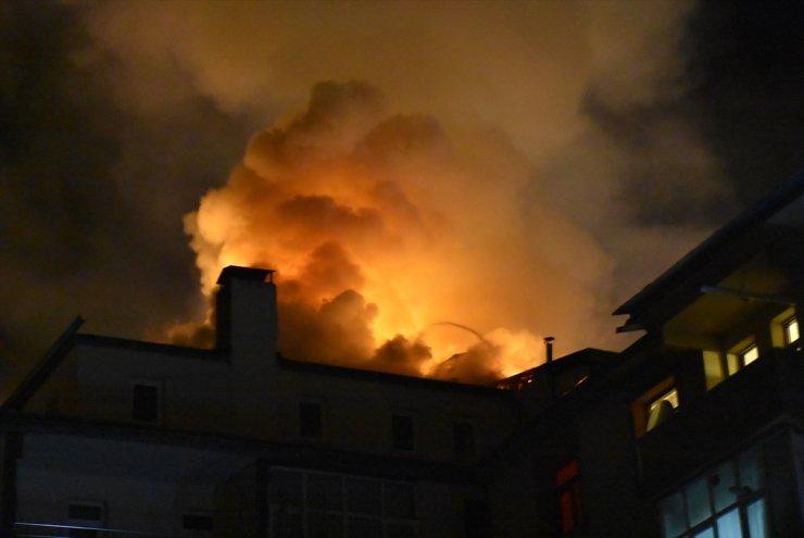 Kars'ta Apartmanın Çatı Katında Çıkan Yangın Maddi Hasara Yol Açtı