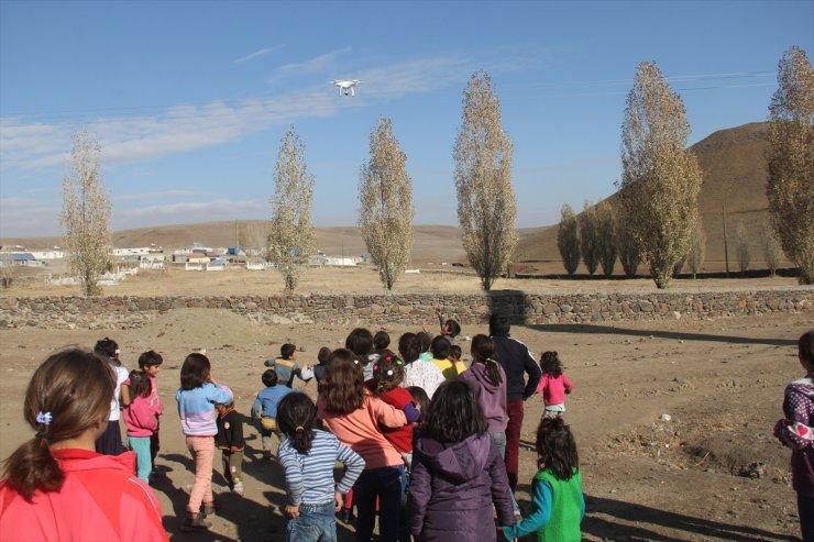 Köy Çocuklarının İlk Kez Gördükleri Drone Karşısındaki Sevinci Gülümsetti
