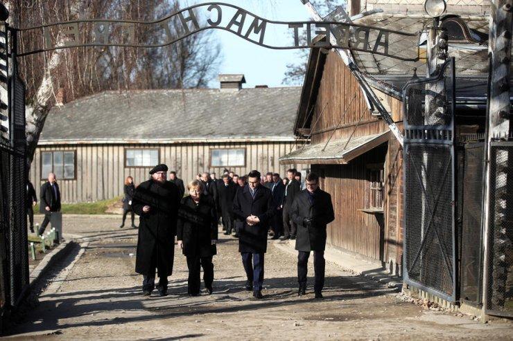 """Merkel'den """"Nazi Kampı""""na Ziyaret"""