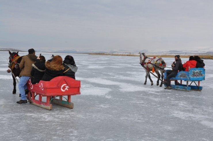 Atlı Kızaklar Çıldır Gölü'ne İndi