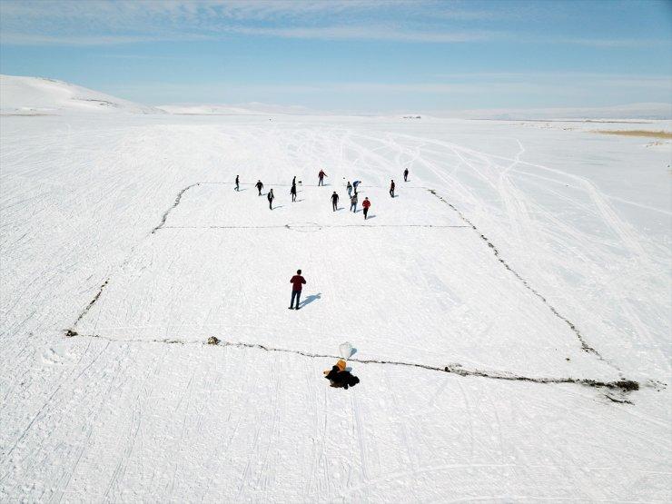 Buz Tutan Çıldır Gölü'nde Futbol Maçı