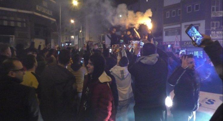 Galatasaraylı Taraftarlar Sokaklara Döküldü