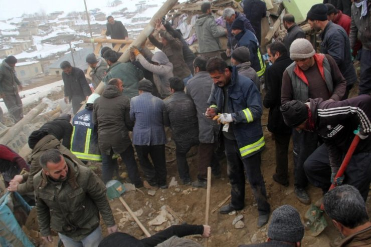 İran'da Deprem Van'da Yıkım: 7 Ölü