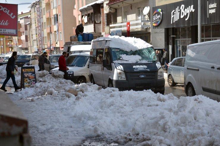 Çatıda Biriken Kar Araçların Üzerine Düştü