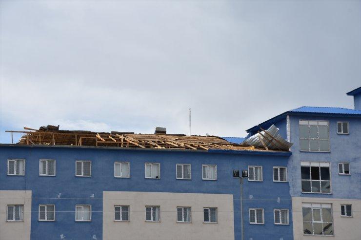 Kars'ta Fırtına Çatıları Uçurdu, Ağaçları Devirdi