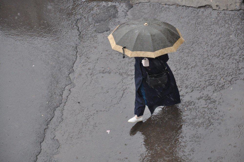 Kars'ta Sağanak Yağmur Etkili Oluyor