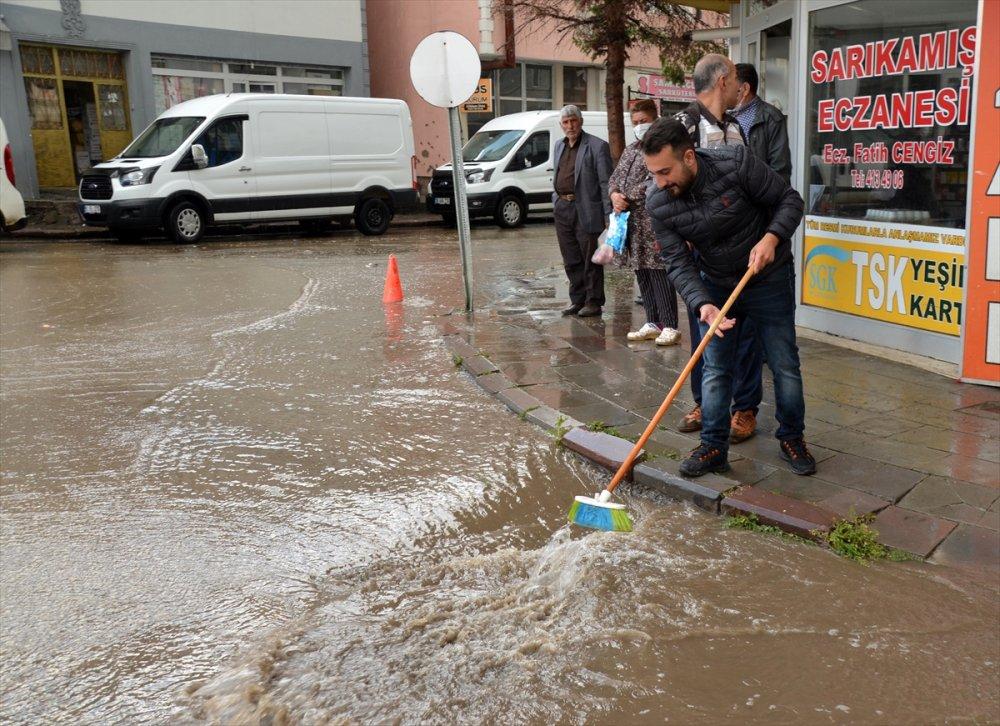 Kars'ta Sağanak Nedeniyle Bazı İş Yerlerini Su Bastı