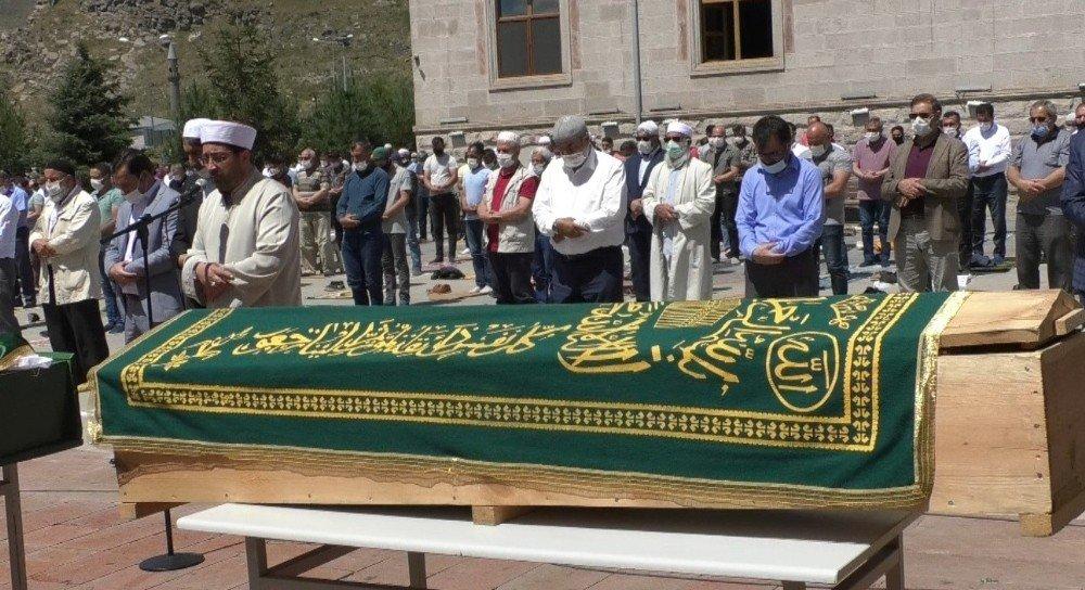 Kazada Hayatını Kaybedenler Kars'ta Toprağa Verildi