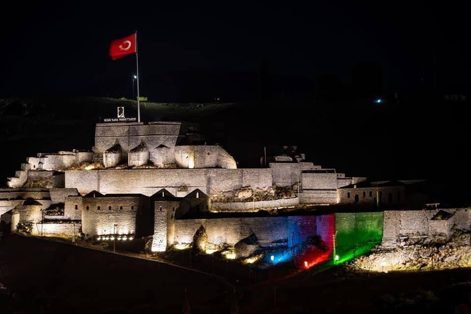 Kale Azerbaycan Bayrağı Renkleriyle Aydınlandı
