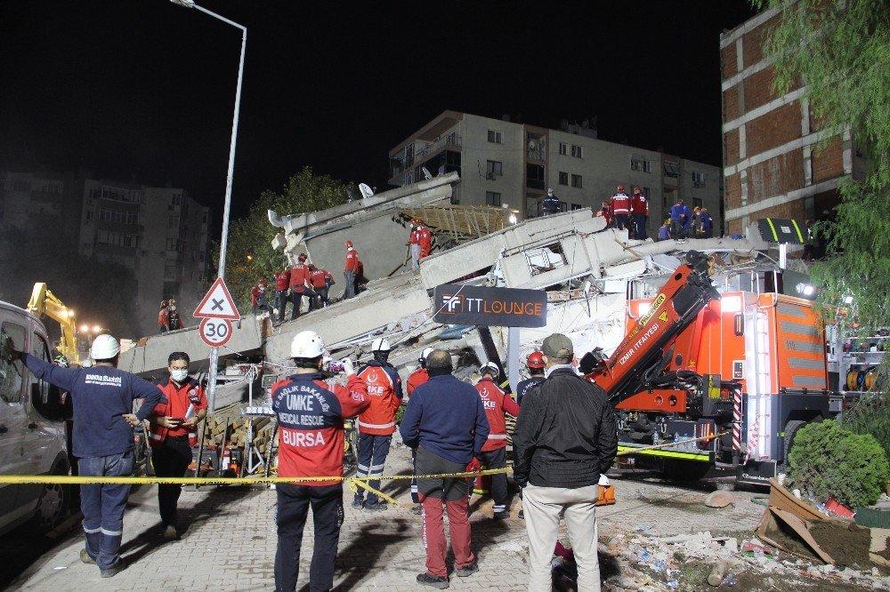 İzmir'de 17 Saattir Arama Kurtarma Çalışmaları Devam Ediyor