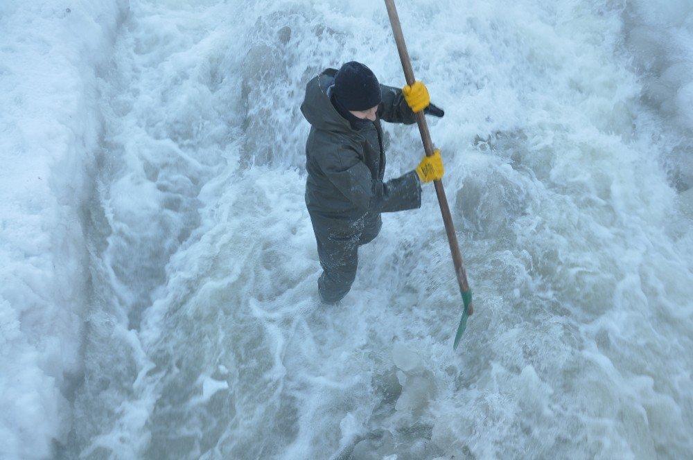 Eksi 30 Derece Soğukta İşçilerin Buzla Sınavı