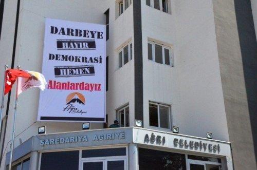 Ağrı Belediyesi'nden Darbe Girişimine Pankartlı Tepki