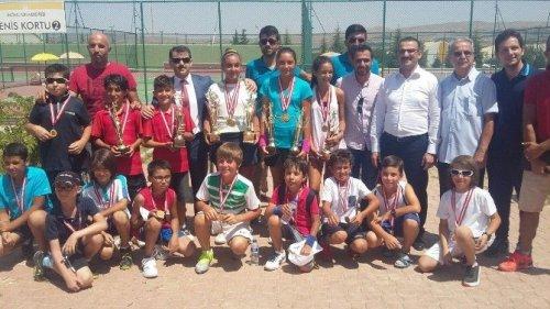 Ağrılı Tenisçilerden 4 Kupa, 2 Madalya