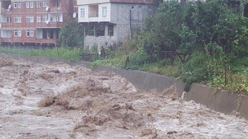 Artvin'de Dereler Taştı, İş Makineleri Dere Sularına Kapıldı