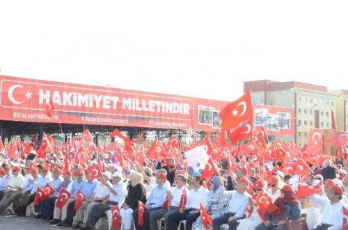 Bakan Işık, Kocaeli'de Düzenlenen Demokrasi Mitingi'nde Halkı Selamladı