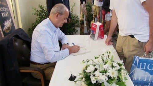 Başbuğ Yeni Kitabını İmzaladı