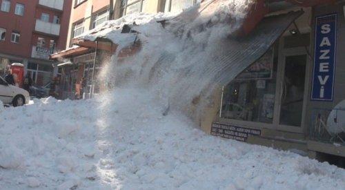 Çatıdan Düşen Kar Kütleleri Araca Zarar Verdi