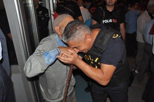 Çevik Kuvvet Müdürü Demokrasi Nöbeti Tutan Dedenin Elini Öptü