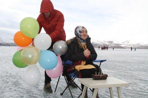 'Çıldır Gölü'nde Doğum Günü Kutladılar