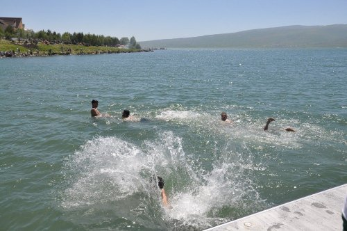 Çıldır Gölü'nde Serinlediler