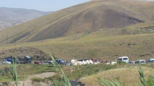Devrilen Saman Yüklü Kamyon Yolu Kapattı