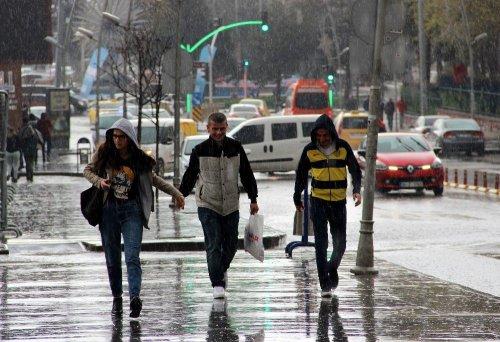 Erzurum'da Dolu Yağışı Zor Anlar Yaşattı