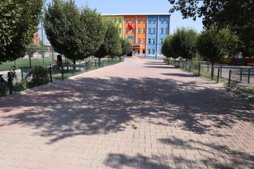 Iğdır Belediyesi, Okul Bahçe ve Yollarında Tadilat Yaptı