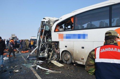 İki Otobüs Kafa Kafaya Çarpıştı: 7 Ölü, 16 Yaralı