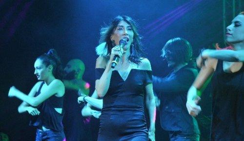 İzmir'de Hande Yener Rüzgarı
