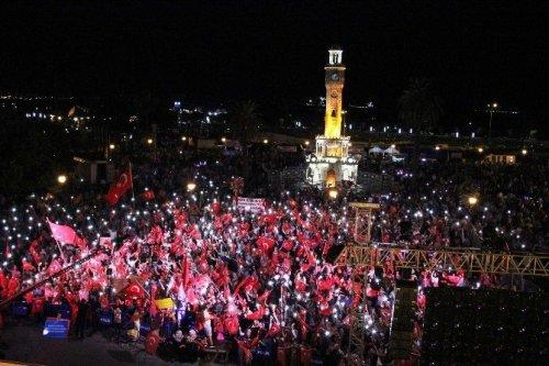 İzmirliler 12 Gündür Demokrasi Nöbetinde