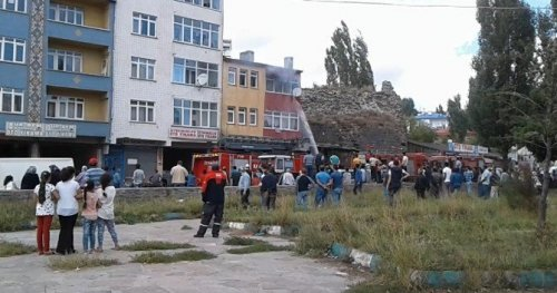 Kars'ta 3 Katlı Binada Çıkan Yangın Büyümeden Söndürüldü