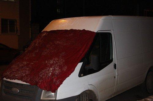Kars'ta Araçları Battaniyelere Sardılar
