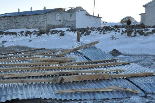 Kars'ta Fırtına Çatıları Uçurdu