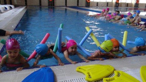 Kars'ta Minik Öğrenciler Havuzla Tanıştı