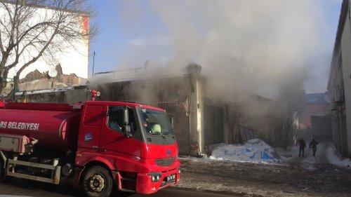 Kars'ta Tarihi Metruk Bina Ateşe Verildi