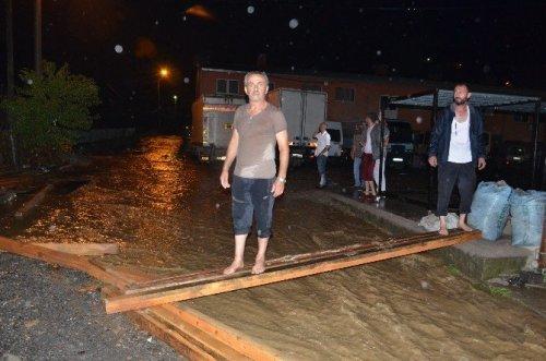 Köprüyü Sel Aldı, Yaklaşık 40 Hane Mahsur Kaldı