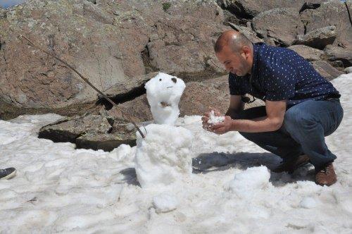 Mayıs Ayında Kardan Adam Yaptılar