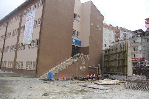 Rize'de Okul Bahçesine Viyadük Yapılıyor