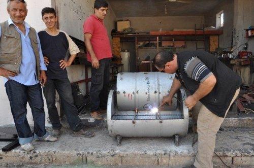 Suriyeli Demirci Ustası, Boş Varillerle Oturma Grubu Yapıyor