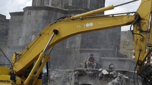 Tarihi Alandaki Betonarme Tuvaletler Yıkıldı